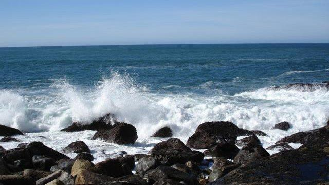 picture of waves crashing on rocks at Morro Bay, California, Pacific Ocean